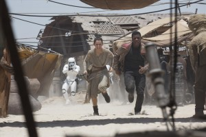 Rey (Daisey Ridley) und Finn (John Boyega) auf der Flucht. (Foto: Lucasfilm Ltd. & TM. All Rights Reserved)(Foto: Lucasfilm Ltd. & TM. All Rights Reserved)