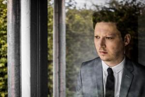 """Obwohl Konstantin Gropper auf Fotos selten gut gelaunt ist, enthält sein neues Album """"Love"""" durchaus Midtempo-Songs mit verhalten optimistischen Tönen. (Foto: Hanna Käßbohrer)"""