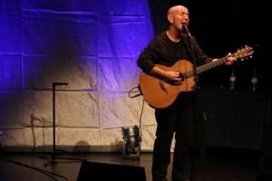 Wie bei vielen Folk-Musikern brauchte Kieran Goss auf der Bühne nicht viel mehr als seine Lieder, seine Stimme und seine Gitarre. (Foto: Björn Othlinghaus)