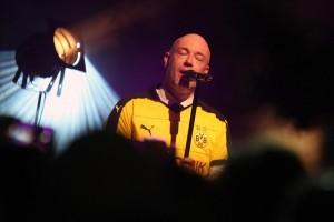 Weil der Unheilig-Frontmann Wert auf stilvolle Kleidung legt, durfte auch das BVB-Shirt beim Konzert nicht fehlen. (Foto: Björn Othlinghaus)