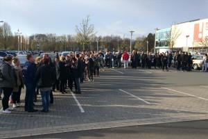 Lange Warteschlangen bildeten sich vor der Veranstaltung. (Foto: Björn Othlinghaus)