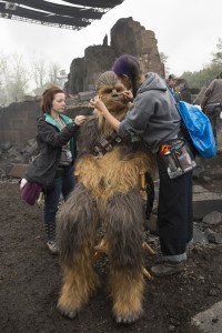 Chewbacca wird gestylt. (Foto: © 2016 Lucasfilm Ltd. All Rights Reserved)