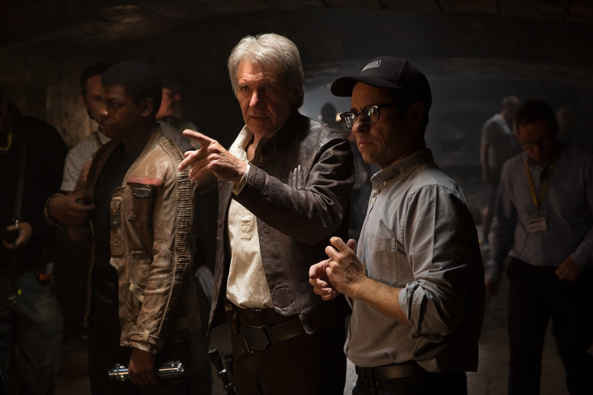 John Boyega (Finn), Harrison Ford (Han Solo) und Regisseur J.J. Abrams. (Foto: David James..© 2014 Lucasfilm Ltd. & TM. All Right Reserved)
