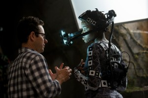 Regisseur J.J. Abrams am Set mit Lupita Nyong'o (Maz Kanata). (Foto: David James.© 2015 Lucasfilm Ltd. & TM. All Right Reserved)