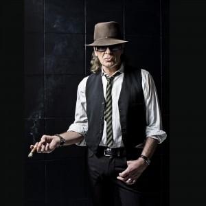 Die Nachtigall ist nicht vollständig ohne Hut, Zigarre und Brille. (Foto: Tine Acke)