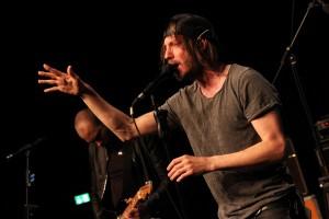 """Einen charismatischen Auftritt lieferte Martin Holtkamp, Frontmann der Sieger-Band """"The Atrium"""", ab. (Foto: Björn Othlinghaus)"""