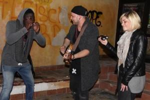 Das Duo Honigmut (Melina Fuhrmann und Nando Andreas) sowie der Sänger und Rapper Daniel Koroma erhielten viel Zuspruch für ihren Auftritt in der Oberstadt. (Foto: Björn Othlinghaus)