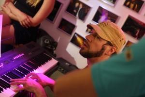 Musiker Klaus Sonnabend half beim Texten. (Foto: Björn Othlinghaus)