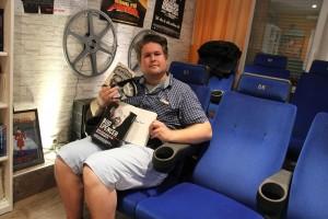 Stolz präsentiert der Cineast in seinem Kino die Biographie von Bud Spencer, vom Schauspieler handsigniert. (Foto: Björn Othlinghaus)