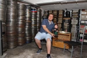 Im Keller lagert der Plettenberger rund 320 Film-Spulen mit 600 35-mm-Filmen. Mittelfristig möchte Florian Ahlers hier eine Filmlounge einrichten. (Foto: Björn Othlinghaus)