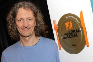 Für den Goldenen Teller von Kabel 1 suchte Marco Nipkow einen Ehrenplatz in seinem Lokal aus. (Foto: Björn Othlinghaus)