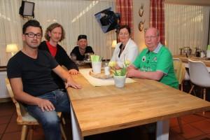 Einen Drehtag verbrachte das Team im Hotel Sportalm Gipfelglück von Alexander Hagebölling (Mitte), dem zweiten Lüdenscheider Lokal, das am Ende einen respektablen vierten Platz belegte. (Foto: Björn Othlinghaus)