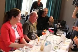 Die Drittplatzierte Susanna Galic vom Restaurant Karl in Neuenrade und Dieter Jakob vom Fischrestaurant Hanse Kogge in Attendorn, der sich den zweiten Platz erkämpfte, bei den Dreharbeiten. (Foto: Björn Othlinghaus)