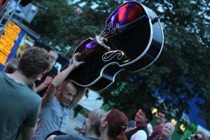 Durch die Menge mit dem Kontrabass: Didi Beck von Boppin'B. (Foto: Björn Othlinghaus)