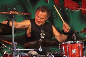 Extrabreit-Drummer Rolf Möller gab am Schlagzeug alles. (Foto: Björn Othlinghaus)