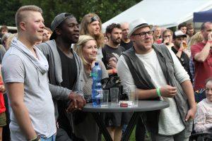 Viele Gast-Musiker aus dem heimischen Raum waren mit dabei (v.l.): Patrick Honzig, Koroma sowie Melina Fuhrmann und Nando Andreas (Duo HonigMut). (Foto: Björn Othlinghaus)
