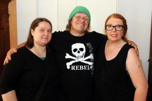 """Manni Ludolf mit seiner Frau Jana (links) sowie Anke Zacharias, Herausgeberin des Magazins """"Heimatherz"""". (Foto: Björn Othlinghaus)"""