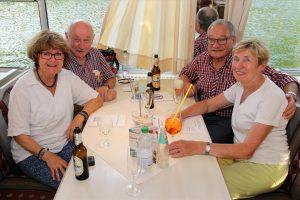 Renate (vorne rechts) und Ingo Kessler (hinten links) aus Offenbach wurden im Urlaub von Renate und Bernd Bobbenkamp auf die Riverboat Shuffle aufmerksam gemacht. (Foto: Björn Othlinghaus)