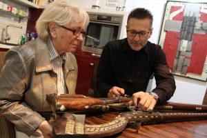 Detlev Kümmel erklärt die Unterschiede eines als Dekowaffe gefertigten Beduinengewehrs im Vergleich mit einem Original. (Foto: Björn Othlinghaus)