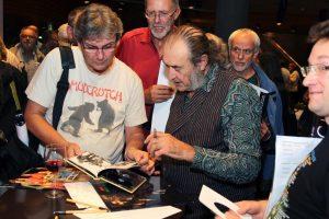 Die Folk-Rock-Veteranen, hier Pat Donaldson, hatten auch bei der Autogrammstunde nach dem Konzert einiges zu tun. (Foto: Björn Othlinghaus)