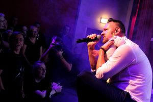 Bei einem der ruhigeren Stücke war bei Sänger Carsten Kriegler Einhornknuddeln angesagt. (Foto: Björn Othlinghaus)