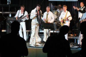 """Der """"King"""" und seine Band. (Foto: Björn Othlinghaus)"""
