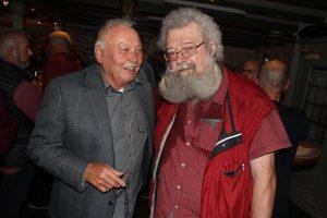 Jürgen Geier mit Caesar, einem seiner ehemaligen DJ's, der im Märkischen Kreis auch als Trödelprofi bekannt ist. (Foto: Björn Othlinghaus)