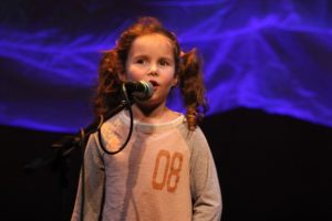 Die kleine Molly Mae McCusker war der heimliche Star des Abends. (Foto: Björn Othlinghaus)