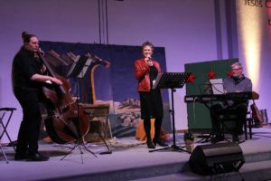 Gemütliche Stimmung auf der Bühne der Freien Evangelischen Gemeinde in Lüdenscheid. (Foto: Björn Othlinghaus)