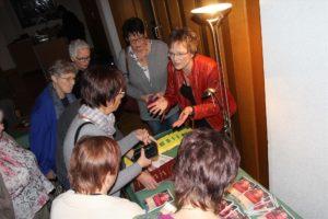 Nach der Veranstaltung signierte die Autorin ihr Buch und plauderte mit den Gästen. (Foto: Björn Othlinghaus)