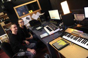 Die beiden Soundtüftler Martin Wollny und Manu Moos in ihrem Studio in der Berg-Chemie in Lüdenscheid. (Foto: Björn Othlinghaus)