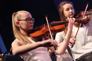 Musikerinnen beim gemeinsamen Auftritt des Jugendsinfonieorchesters, des Jugendchores der Musikschule und des Lüdenscheider Kammerorchesters. (Foto: Björn Othlinghaus)