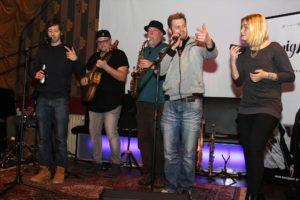 Das Duo HonigMut mit Melina Fuhrmann und Nando Andreas hatte zahlreiche Gast-Musiker zum Konzert eingeladen. (Foto: Björn Othlinghaus)