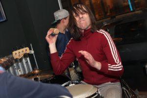 Percussion-Spezialist Ulli Kuhn ist voll bei der Sache. (Foto: Björn Othlinghaus)