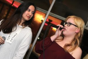 Die Sängerinnen Carmen Klughardt und Lisa Cramer. (Foto: Björn Othlinghaus)
