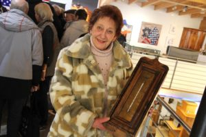 Gudrun Nitz aus Brügge brachte ein Kleinmöbel mit, das sie auf dem Flohmarkt erworben hatte. (Foto: Björn Othlinghaus)