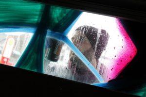 """""""Auf Glas zu sprühen ist eine besondere Herausforderung."""" Graffiti-Künstler Theo Bogdano. (Foto: Björn Othlinghaus)"""