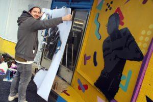 Street-Art-Artist Davis Pahl mit seinem (noch unfertigen) Street-Art-Kunstwerkes mit einer Abbildung des Schauspielers Steve Urkle. (Foto: Björn Othlinghaus)
