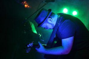 Erkan Besirlioglu, mit Leidenschaft an der Gitarre. (Foto: Björn Othlinghaus)