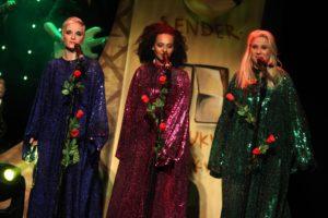 Mit farbenfrohen Kostümen unternahmen die Akteure eine Reise durch die Pop-Geschichte. (Foto: Björn Othlinghaus)