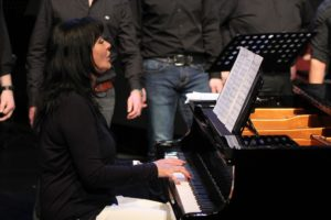 Chorleiterin Sofia Wawerla am Klavier. (Foto: Björn Othlinghaus)