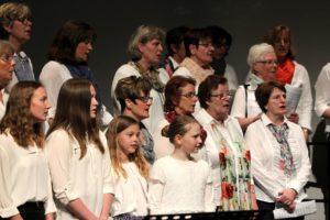 Im Projektchor Oberbrügge singen Sängerinnen und Sänger jeden Alters gemeinsam. (Foto: Björn Othlinghaus)
