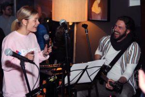 Sängerin Hannah Kramer mit Klaus Sonnabend. (Foto: Björn Othlinghaus)
