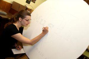 Judith Westerhoff gestaltet ein Schild für den Außenbereich. (Foto: Björn Othlinghaus)