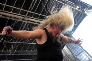 Sänger Sascha von Ghost Empire zeigt, wie Headbanging geht. (Foto: Björn Othlinghaus)