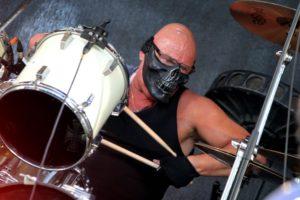Peter von Saddiscore trommelt nur mit Maske. (Foto: Björn Othlinghaus)