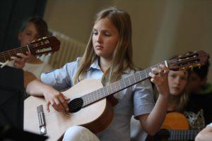 Volle Konzentration beim Gitarrenspiel. (Foto: Björn Othlinghaus)