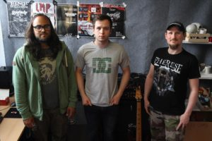 Drei Mitglieder der Lüdenscheider Band Pherese (v.l.): David Appelhaus (Schlagzeug), Markus Leers alias Meg Griffin (Gesang) und Mike Schiermoch (Gitarre). (Foto: Björn Othlinghaus)