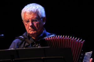 Sibbi Zborowski spielte virtuos das Akkordeon. (Foto: Björn Othlinghaus)