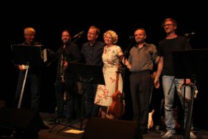 Die komplette Band mit Gastmusiker Nikolai Förster (2.v.l.) (Foto: Björn Othlinghaus)
